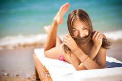för chaisevardagsrum för strand härlig kvinna Arkivfoton