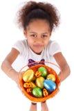 För chokladester för afrikansk asiatisk flicka hållande ägg Arkivfoto