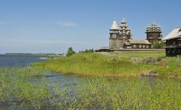 för churchyardö för belltower kyrklig preobrazhenskiy karelia kizhi Fotografering för Bildbyråer