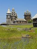 för churchyardö för belltower kyrklig preobrazhenskiy karelia kizhi Arkivfoton