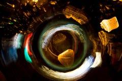 För cirkelrörelse för hög upplösning gör grön gulnar slösar abstrakt glödande suddig bakgrund i mörkt livligt rött, Royaltyfri Bild