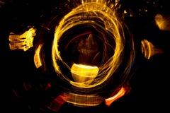 För cirkelrörelse för hög upplösning gör grön gulnar slösar abstrakt glödande suddig bakgrund i mörkt livligt rött, Royaltyfria Bilder