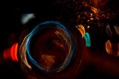 För cirkelrörelse för hög upplösning gör grön gulnar slösar abstrakt glödande suddig bakgrund i mörkt livligt rött, Arkivfoton