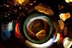 För cirkelrörelse för hög upplösning gör grön gulnar slösar abstrakt glödande suddig bakgrund i mörkt livligt rött, Royaltyfri Foto