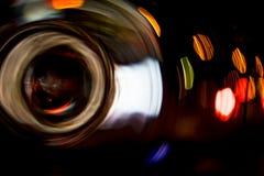För cirkelrörelse för hög upplösning gör grön gulnar slösar abstrakt glödande suddig bakgrund i mörkt livligt rött, Royaltyfria Foton