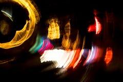 För cirkelrörelse för hög upplösning gör grön gulnar slösar abstrakt glödande suddig bakgrund i mörkt livligt rött, Arkivfoto