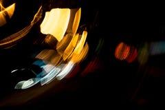 För cirkelrörelse för hög upplösning gör grön gulnar slösar abstrakt glödande suddig bakgrund i mörkt livligt rött, Royaltyfri Fotografi