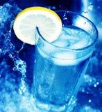 för citronskiva för 3 exponeringsglas vatten arkivbilder