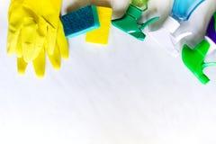 för cleaningbegrepp för bakgrund blå framdel för framsida henne yellow för kvinna för husmopfjäder plattform Lokalvårdprodukter Royaltyfri Foto