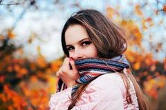 För Closeup stående utomhus av den ursnygga unga Caucasian kvinnan Nolla royaltyfria foton