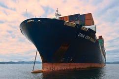 För CMA för behållareskepp anseende för Marlin CGM på vägarna på ankaret Nakhodka fjärd Östligt (Japan) hav 02 08 2015 Arkivbild