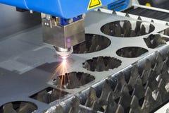 För CNC-laser för hög precision ark för metall för svetsning royaltyfri foto