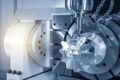 För CNC-malning för 5 axel klippet för maskin aluminiumkugghjuldelarna arkivbild