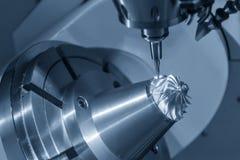 För CNC-malning för 5 axel klippet för maskin turbindelen med hjälpmedlet för avsmalningsbollendmill arkivfoto