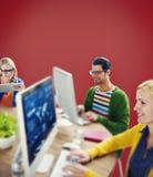 För Collboration för Hipsterteknologiteamwork begrepp kamratskap Arkivbild