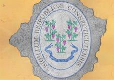 För Connecticut för USA-stat flagga skyddsremsa i stort konkret sprucket hål royaltyfria bilder
