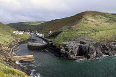 för cornwall för klippor kust- brygga uk cove arkivbild