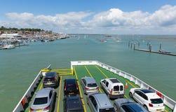 För Cowes för bilfärja ö hamn av wighten med blå himmel Arkivfoton
