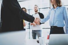 För coworkershandshaking för begrepp två process Affärspartnerskaphandskakning suddighet bakgrund arkivfoto