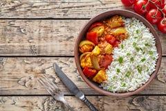 För currychili för feg jalfrezi traditionellt hemlagat indiskt kryddigt kött med basmati ris royaltyfri fotografi