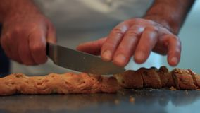 För Cutting för italiensk konditor kakor traditionella hasselnötter 16 FDV lager videofilmer