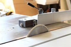 för cuttingdisk för slipmedelt blad runt arbete för saw för metall arkivfoto