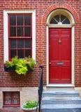 för dörrred för tegelsten färgrik vägg royaltyfri bild