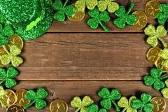 För dagdekor för St Patricks ram över lantligt trä Arkivfoto