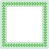 För dagfyrkant för St Patricks ram med treklövern på vit bakgrund Arkivfoton