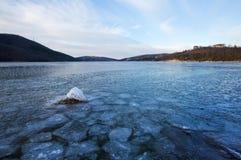 För dagis för vinter frostig sjö Abrau Arkivfoton