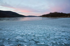 För dagis för vinter frostig sjö Abrau Arkivfoto