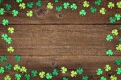 För dagtreklöverer för St Patricks ram över lantligt trä Royaltyfri Bild