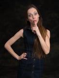 För danandetystnad för ung kvinna gest, shhhhh royaltyfri foto
