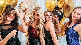För dansflickor för festligt parti roade ballonger royaltyfria bilder