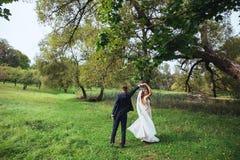 för dansmodell för abstrakt begrepp 3d bröllop Precis dansa för gift par som är utomhus- Arkivbild