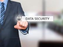 För datasäkerhet för affärsman trängande knapp på faktiska skärmar Arkivbild