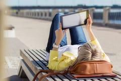 för dator tablet utomhus genom att använda kvinnan Royaltyfri Fotografi