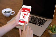För datummärkningfynd för röd hjärta som online-förälskelse daterar par som daterar Happines royaltyfri bild