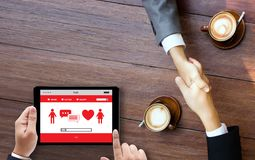 För datummärkningfynd för röd hjärta som online-förälskelse daterar par som daterar Happines royaltyfri foto