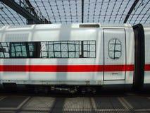 För DB-IS för grupp 401 snabbt drev i den Berlin Central terminalen Arkivfoto