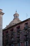 För de härliga fasaderna av byggnader ses kan en majestätisk kupol av kyrkliga Badia Saint Agata Catania sicily italy Royaltyfria Foton