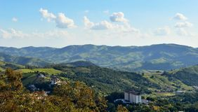 För de Lindà för Ã-guas ia ³, SP/Brasilien: bästa sikt av staden och bergen Arkivbild