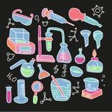 För dekorativ ställde utdragna symboler färghand för kemi med den kemisk illustrationen för vektorn för experimentet för labbet v royaltyfri illustrationer