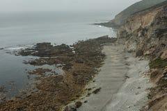 För den atlantiska steniga vinkar stor stenig rockfall kustsikten för sommar på klippbrants- kust- och havbränning Crozon Frankri fotografering för bildbyråer