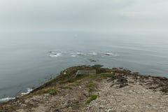 För den atlantiska steniga vinkar stor stenig rockfall kustsikten för sommar på klippbrants- kust- och havbränning Crozon Frankri royaltyfria bilder