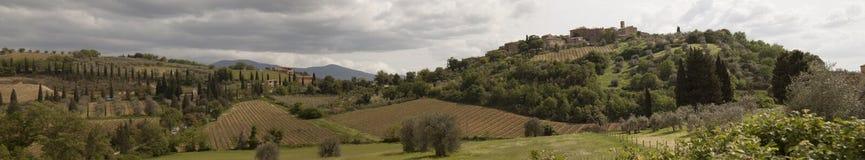 ` För den bråkdelCastelnuovo dellen minskar kommunen av ` för den Montalcino bråkdelCastelnuovo dellen minskar kommunen av Montal arkivfoto