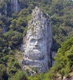 för den danube för staden lokaliserade den dacian konungen decebalusen nära den ovarexromania statyn royaltyfria foton