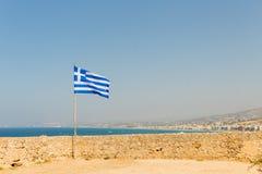 För den Fortezza för fortet för citadellen för den Grekland Kretaön framkallar den gamla väggen fästningen den grekiska flaggan p Arkivfoto