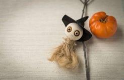 för den grymma säger miniatyrreaperen halloween för kalenderbegreppsdatumet lyckliga holdingen scythestanding Royaltyfri Fotografi
