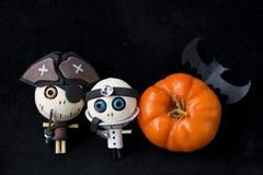 för den grymma säger miniatyrreaperen halloween för kalenderbegreppsdatumet lyckliga holdingen scythestanding Fotografering för Bildbyråer